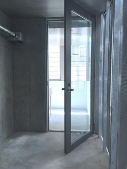 ガラス扉手前が、玄関扉を入ってすぐの玄関の土間。ガラス扉の向こう側は、土間キッチン