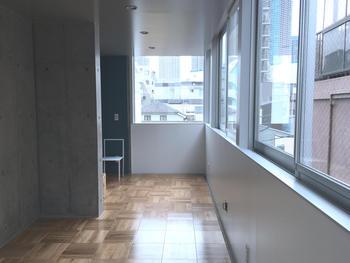 家具を置くスペースを保ちつつ、開放感も得られる腰高窓を採用