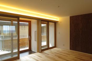 手前が玄関、奥がインナーバルコニー。リビングの壁面には越後杉合板が貼られ、画鋲の利用も可能だ