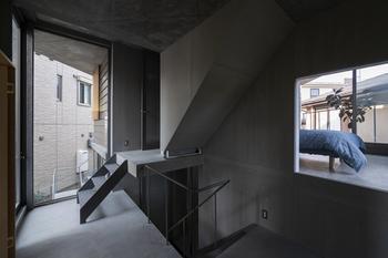階段と共有リビングダイニングには小窓を設け、入居者の人となりがさりげなく感じられるように配慮