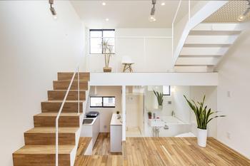 右側奥にはガラス張りの浴室とトイレ。空間を効果的に使い、水回りと居住空間が違和感なく共存