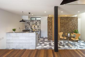 キッチン後ろのベトナムタイルや、右側の茶色いココナッツタイルが印象的