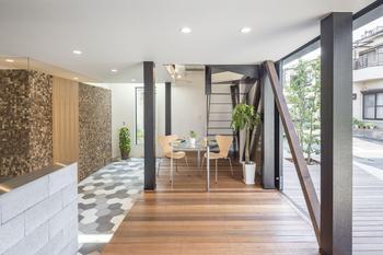 引き戸をオープンにすると外との一体感が楽しめる。この空間に「週末コーヒーショップ」が。階段を上がるとプライベート空間へつながる