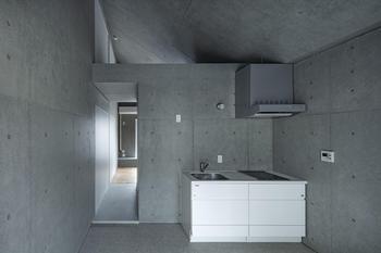 斜めの屋根を生かし、光が天井を伝いキッチンまで届く仕様となっている
