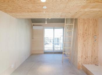 居室のトイレの扉は枠なしでおさめた。必要最低限な仕上げのみとし、過剰な装飾はしていない