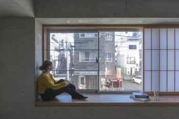 奥行きのある窓台のため、座って外の景色を眺めることもできる。左側窓ガラスには転落防止のバー