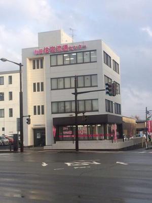 イメージカラーのピンクも鮮やかな本社ビル