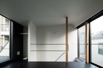落ち着いた雰囲気のフローリング。天井になだらかなカーブをつけてカーテンボックスを隠している