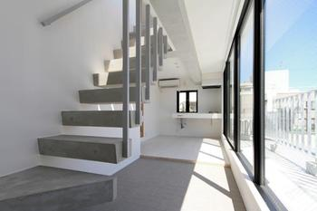 階段部分も日差しが注ぐ、明るいメゾネットタイプの住戸