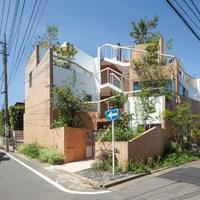 kotoriku、丘から生まれ出た住まいをイメージ