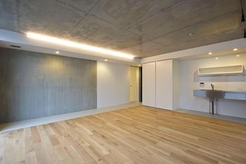 キッチンや壁側の床は磁器質タイル