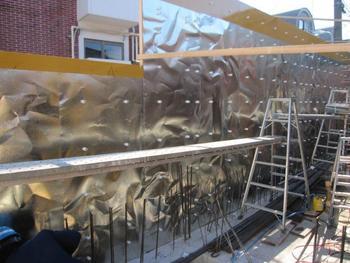 コンクリートの外壁の凹凸感は、このような鉄板を作ることで生まれた