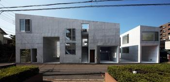 右側の1階部分と、左側のガラス扉の住戸横が、屋根付きガレージ。右から2番目のロフト付き住戸は、ワンルームに車が駐車できるプラン
