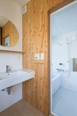 浴室入り口の壁には構造用の木材でぬくもりを演出