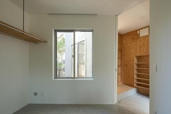 玄関の靴入れ、その横がトイレ、奥が小物用収納。手前の部屋が「個室2」