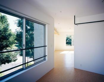 庭窓からの景色に癒やされる室内
