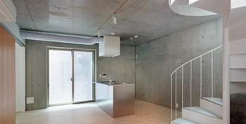 地下1階のメゾネットタイプ。46.53㎡の2LDK。らせん階段は約6畳の居間につながる.jpg