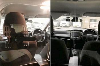 車内の前部と後部の境界線に設置されたパネルの写真