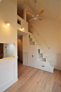 ロフトへの階段下が収納スペース