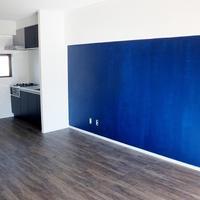 黒板塗装の青い壁でビンテージ風に