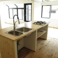 床とキッチンに全面木材採用
