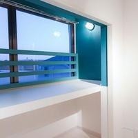 見晴らしの良い窓にベンチを設置