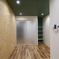 緑色の天井が癒しの空間を演出